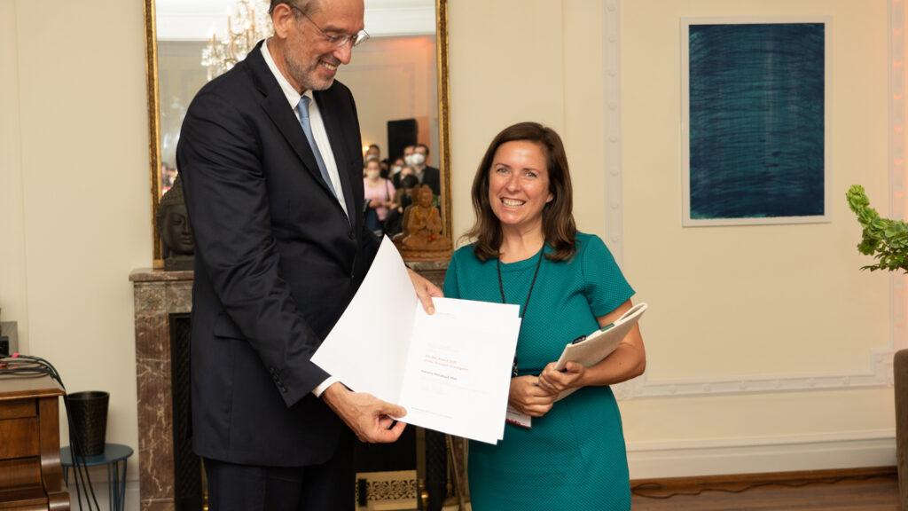 Heinz Faßmann (left), Austrian Minister of Education, Science and Research, presents the Junior Principal Investigator 2021 Award to Daniela Weiskopf, Ph.D.